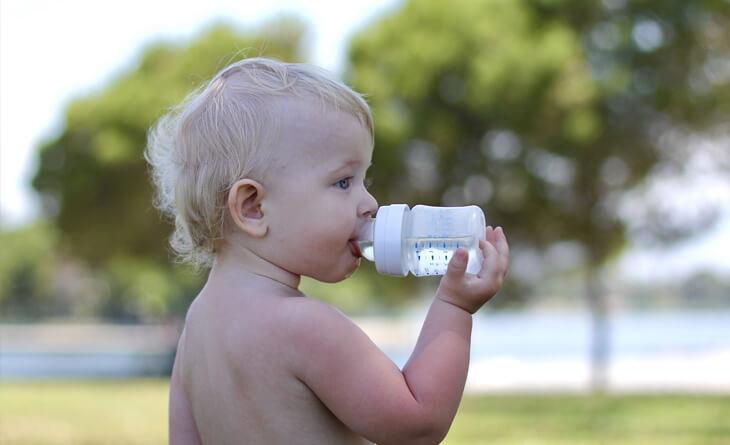 bebê tomando água