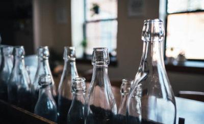 Como fazer o descarte de garrafas de vidro?